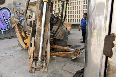 La máquina tipo trascabo frenó sus labores ante la presión de los quejosos y después de que una de sus ruedas cayera sobre la tapa de una las cisternas.