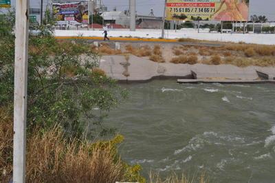Las autoridades municipales en la Comarca Lagunera han hecho especial énfasis en que no se debe nadar en los canales ni caminar cerca de ellos, por el grave riesgo que se corre de caer el agua.