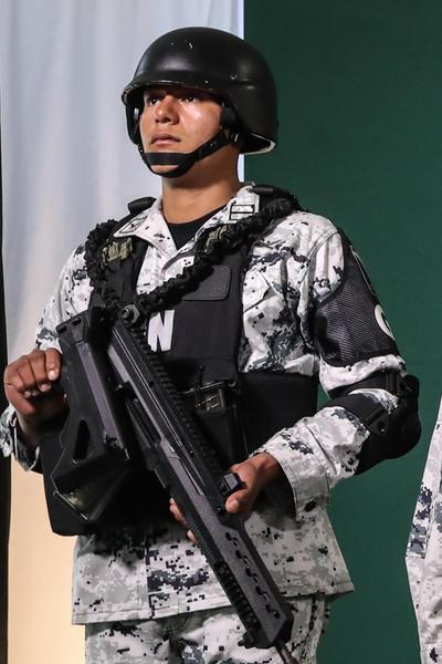 Los uniformes en colores gris y negro camuflados para el personal de campo.