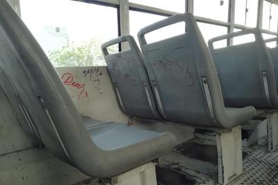 Rayones. Un Dalias Directo más, el C 4677 con grafitis en distintos colores en los últimos asientos.