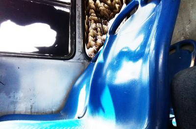 Asientos rotos. La unidad Jardines C5112 n29 cuenta con un asiento roto y vencido de su espalda, además de ventanas en mal estado.