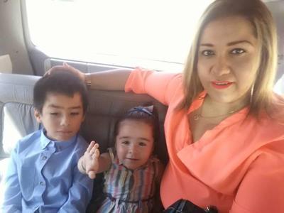 28032019 Alejandra con sus pequeños, Paquito y Victoria.