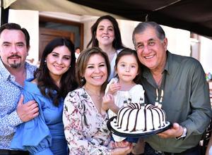28032019 CELEBRA SU CUMPLEAñOS.  Rafael Díaz acompañado de su familia.