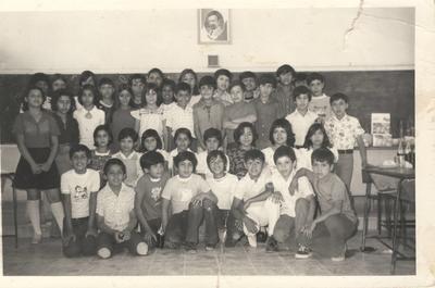 Alumnos de quinto grado de la Escuela Oficial Coahuila en 1976. Foto proporcionada por Francisco Heriberto Amozurrutia Carson. Maestra del grupo, Teresa.