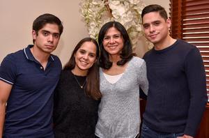 30032019 Maribel González con sus hijos Luis, Marcela y Javier Prado González.