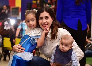 Conchita Burciaga con sus hijos, Ximena y Santiago Rodríguez