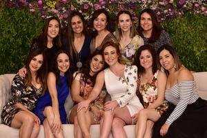 Alejandra con sus amigas