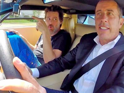 La idea es tan básica que es fantásticas. Este programa de Netflix es lo que su nombre dice, comediantes tomando café mientras van manejando un auto, para luego detenerse a comer y seguir platicando. La cosa es que la idea es mucho más interesante gracias a conversaciones de primera con artistas reconocidos del medio (y otras personalidades famosas), entrevistados por nada menos que un grande del mundo de la comedia, Jerry Seinfeld. Por supuesto, el auto además debe concordar con la personalidad del invitado.