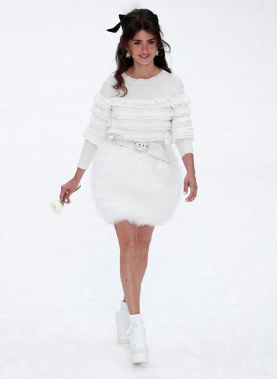Cerraron la pasarela varias faldas cortas con plumas y pedrería, una de las cuales vistió la actriz Penélope Cruz.