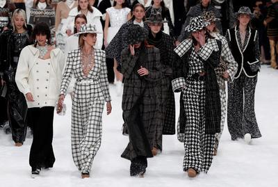 La música indicaba que Chanel quería despedirse festejando la memoria de Lagerfeld, pero muchos invitados e incluso modelos, como Mariacarla Boscono, no pudieron contener las lágrimas durante la ovación final.
