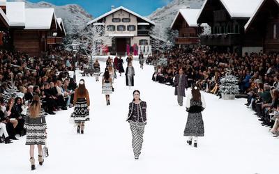 """El blanco y el negro inundaron el escenario, con jerséis de punto con estampados fair isle en pedrería, abrigos jaspeados y faldas de lana en """"jacquard"""", a juego con la decoración alpina."""