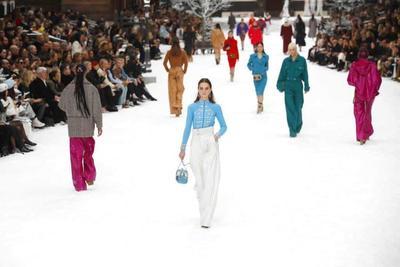 """Lagerfeld también ideó para esta colección faldas y chaquetas tipo """"bomber"""" en monocolor, en naranja o turquesa."""
