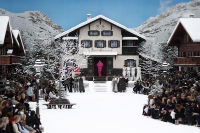 Entre cabañas de madera y un decorado de nieve y montañas blancas, Chanel dedicó un último adiós a Karl Lagerfeld en el Grand Palais de París.