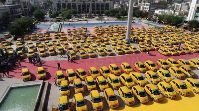 Concesionarios y choferes de unidades ingresaron sus vehículos a la explanada de la Plaza Mayor de Torreón.