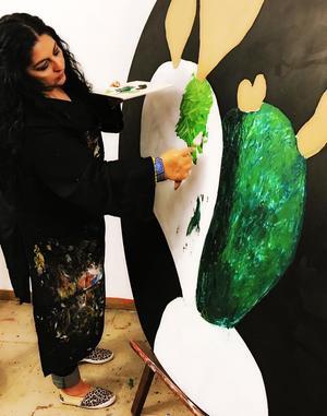 08032019 Su pasión desde que tiene razón ha sido el arte, la pintura y el amor al prójimo. Su reto en la vida es ir sembrando muchas semillas, de las cuales ya he visto muchas flores y frutos, esto tanto sus hijos y sus miles de alumnos, a los que ha apoyado en sacar lo mejor de sí desde hace 21 años en los que imparte clases de pintura. Le interesa seguir compartiendo sus conocimientos con quien más lo necesita y facilitarles todo para que entren al maravilloso mundo del arte. Le encanta ser mujer, hacer valer sus derechos, ser auténtica y ser mexicana. Se ha enfrentado a fuertes obstáculos desde su niñez por la ausencia de sus padres; aun así salió adelante, estudió, se preparó y cumplió sus sueños, profesionales y como mujer, y sobre todo como ser humano. Para Ale, 'ser mujer es vivir en una lucha constante, dar vida y sentido a Ia vida. Ser mujer es entrega incondicional, amor incondicional'.