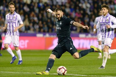El francés Benzema convirtió un penal con el que los visitantes dieron la vuelta a los 51, y ocho minutos después amplió la ventaja con un remate de cabeza. El central galo Raphael Varane emparejó por el Madrid a los 34, y