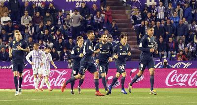 Un nuevo doblete de Karim Benzema fue la clave para que un Real Madrid más bien errático goleara el domingo 4-1 al Real Valladolid, flaco consuelo para el conjunto Merengue tras el fracaso de mitad de semana en la Liga de Campeones.