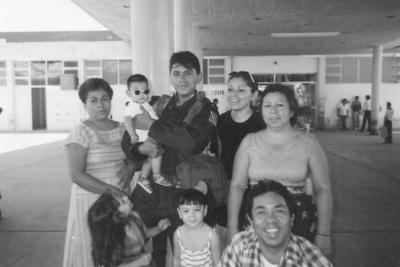 10032019 Hortencia, Conny y Mario Ramírez, acompañados por Gerardo y Tere Velázquez, en 1995 en la Estación F.N.M. de Torréon.