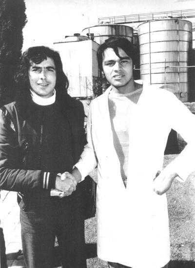 """Juan Manuel Serrat, """"Caminante no hay camino"""", con Salvador Castillo Hernández, de Control de calidad de la Compañía Vinícola """"Del Vergel"""" en 1972, hace 47 años."""