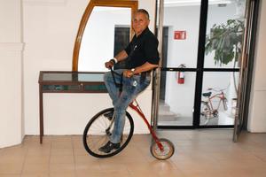 11032019 Pedaleando una original bicicleta.