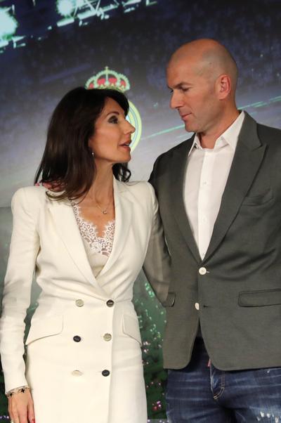 Zinedine Zidane junto a su esposa, Verónique, durante su presentación.