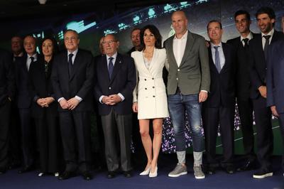 Acompañado por su mujer, Verónique, el jugador francés fue presentado como nuevo técnico de Real Madrid.