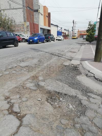 Calles de tierra y grava. En la esquina de la calle Palermo y Alava en el sector de la  colonia Ampliación la Rosita se observa ya prácticamente tierra y grava de lo desgastado del pevimento.
