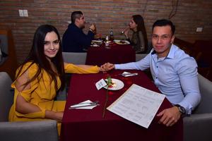 13032019 DISFRUTAN RICA CENA.  Stefany y Óscar.