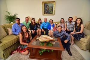 Cristy y Enrique con su familia