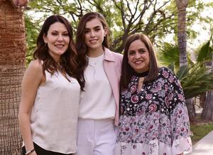 Con sus madrinas, Nancy y Canela