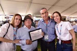 Don Indalecio Tricio Gomez con sus hijos, Miriam, Marisol y Manolo