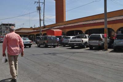 Falta cultura vial. Es común observar en el primer cuadro de la ciudad que los vehículos se detienen en doble fila, lo que ocasiona congestionamientos viales, pese a la insistencia de los agentes de Tránsito y Vialidad, que realizan amonestaciones verbales a los conductores para agilizar el tráfico.