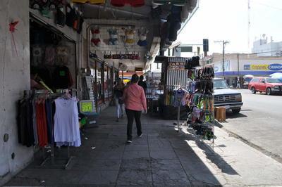 Desorden. Pese a que es mínimo el ambulantaje que hay en el centro de esta ciudad, muchos negocios optan por sacar su mercancía a las banquetas, dificultando el paso peatonal.