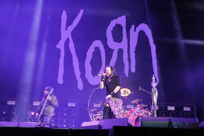 - La banda estadounidense Korn, considerados los creadores del nu metal, fueron los encargados de cerrar las actividades en el Escenario Indio, en el segundo y último día del Vive Latino.