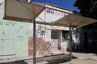 Sin techo. Así se encuentra este paradero en avenida Hidalgo y calle Comonfort, le falta parte del techo.