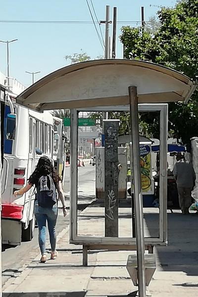 En descuido. Parada de autobús vandalizada en bulevar Revolución esquina con calle Comonfort.