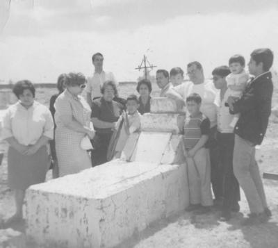 17032019 En la tumba de Antonio Rimada: Moisés, Antonia, Antonio, Beatriz y Ema Rimada Cazares, Gerardo, Hugo, Alejandro, Ricardo, Antonio y Amparo.