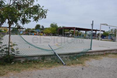 La cancha de futbol de la placita de la colonia Las Fuentes carece de una malla en buen estado. Esto provoca que al momento de los encuentros deportivos el balón llegue hasta la carretera.