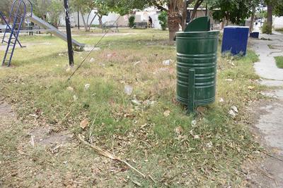 La hierba seca crecida y la basura son los principales problemas que se aprecian en las áreas verdes de las colonias.
