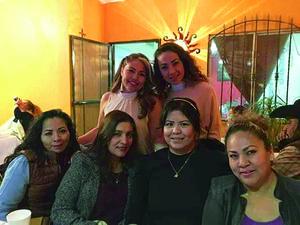 21032019 MUCHAS FELICIDADES.  Leticia Torres, Martha Calvillo, Perla Soto, Marisol Castro y Mirna Saucedo con Angélica Vega, quien celebró un aniversario más de vida.