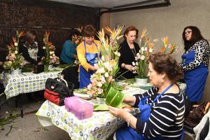 22032019 Las asistentes elaboraron originales arreglos florales.