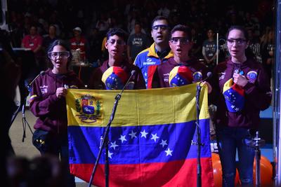 """Se entonó el himno de Venezuela, en señal de respeto al equipo visitante """"Venebots""""."""