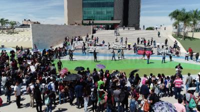 Los participantes de la manifestación lanzaron consignas en contra del alcalde y del alza al transporte.