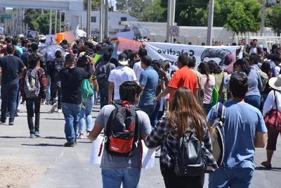 Participaron cientos de estudiantes y adultos.