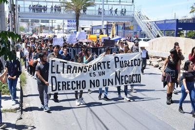 Estudiantes y ciudadanos protestaron contra el alza en las tarifas del transporte público.