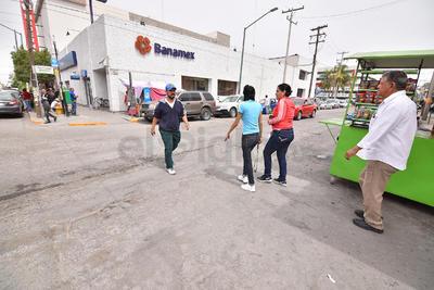 Sin líneas. En las esquinas del sector centro de Gómez Palacio, por donde pasan cientos de ciudadanos, no hay líneas peatonales.