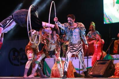 Rodrigo Orellana es el director general de este performance en el que participan diferentes artistas.