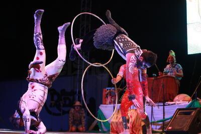 Por poco más de una hora la Plaza IV Centenario vibró con el espectáculo 'El Ritual de Ruanda' a cargo de la compañía jalisciense de artes escénicas Circo Dragón.
