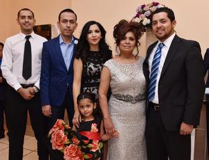 25032019 EN FAMILIA.  Rosa Velia Hernández Alvarado, reina de jubilados del IMSS, con sus hijos: Daniel, Laura Rocío y Ricardo Leal Hernández, su yerno, Juan Pablo Morelos Cisneros, y su nieta, Marisa Morelos Leal.