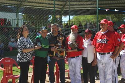 """Honor. El Lobos UAD recibió su respectivo trofeo del Torneo Familia Lozoya y se perfila para conquistar el certamen Javier """"Árabe"""" Rodríguez."""